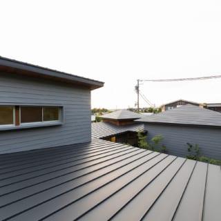 ガルバリウムの屋根は緩勾配に。屋根の上で寝転がったり、布団を広げて干したり、バルコニーのように利用