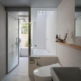 【E住戸】フランスのプチホテルを彷彿とさせる水まわり。バスルームには窓があり、換気もばっちり