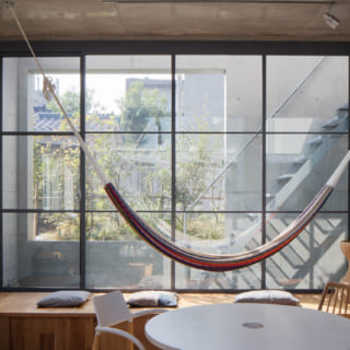 【E住戸】窓は建物のアウトラインより内側に配置し、外部の視線を遮った。カーテンが不要で空間はすっきり