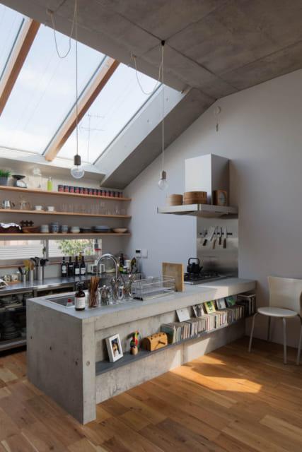 【E住戸】キッチンには大きなトップライトがあり、青空の下にいるような明るさと開放感が心地いい
