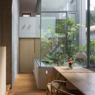 【A住戸】中庭を囲むガラス窓は窓枠が目立たない造りで、中庭と室内の一体感がとても高い