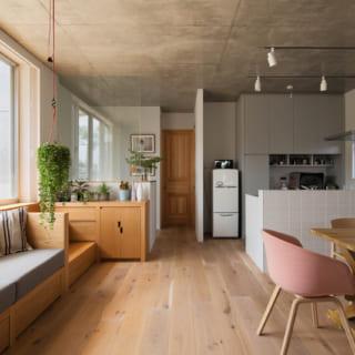 【G住戸】写真左の窓越しに広いルーフテラスと緑豊かな庭があり、庭との一体感が高い住戸。入居者さまはインテリア関連の仕事をされており、LDKにはフレンチポップテイストの洒落たアイテムが並ぶ