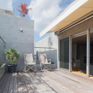 【G住戸】LDKから一段上がったところに広いルーフテラスと植樹がある。建物の最上階にあたる3階に位置し、抜群の開放感