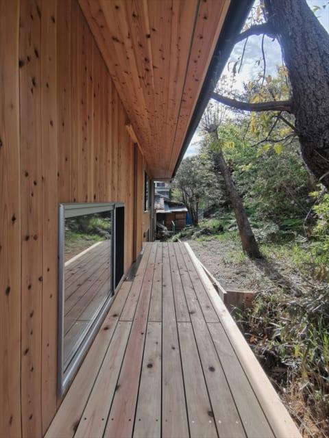 森の中の小路といった雰囲気の、玄関へのアプローチ。建物全体に木の素材が用いられているため、外の自然との一体感が感じられる
