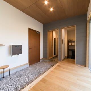 玄関ホールの壁には外壁と同じガルバリウムを横張りに。外からのつながりを表現している