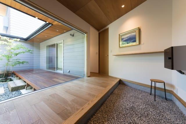 広々とした玄関には、和のテイストが好きというM様の好みに合わせて、玉砂利の洗い出しを採用