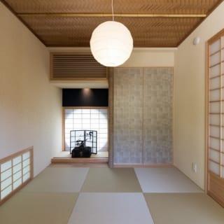 床の間の奥の明り取りになっている障子は、外から見ると丸窓になっている