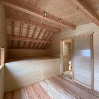 階段を上がった先にある子ども部屋には収納スペースをしっかり確保。窓からは北側の森を望む
