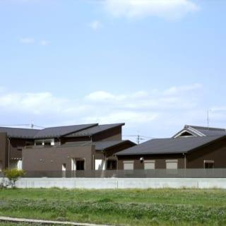 複雑な屋根の形状をもち、一見すると住宅とは思えない外観は、周囲のランドマークとなっている