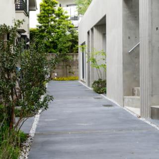「すき間をつくる」という設計によって生まれた長屋通路。敷地が旗竿地で道路に面していないため、入居者さまのお子さまが安心して駆け回れる格好の遊び場になっている
