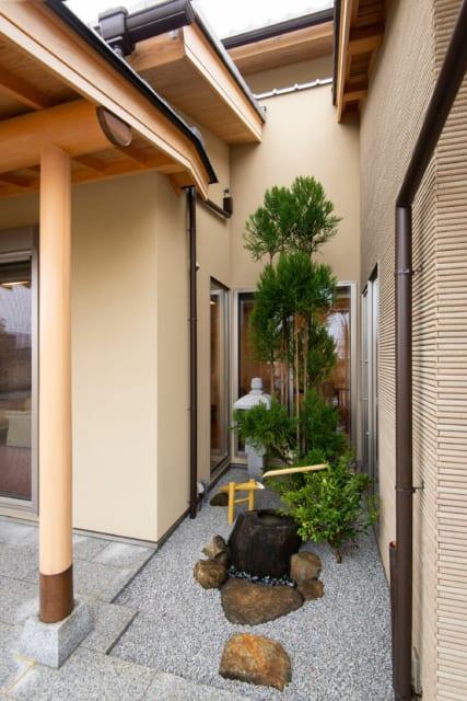 建物を少し削り、三方を窓に囲まれた中庭。植栽や鹿威しで風流さを演出
