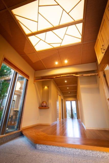広々とした玄関。垂れ壁や榁(ムロ)変木の和の雰囲気とモザイク模様の天井の洋が見事にマッチ