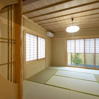 和室の壁を半月型に抜き、柱と組み合わせることで、茶室のような雰囲気に