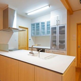 LDK専用キッチン。人が多く集まるときに使用するため、オープン型に