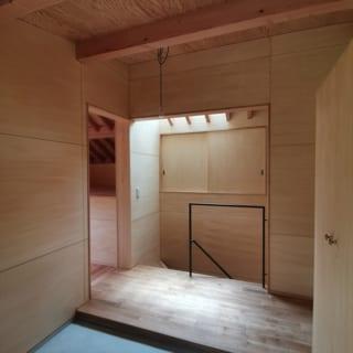 別角度から見た玄関。左手に進むと、子ども部屋があり、その奥は広めの収納となっている