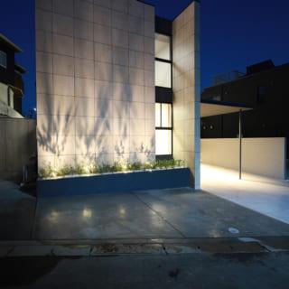 夜は植栽に仕込まれた照明がタイル張りの外壁に草木のシルエットを映し出し、しばし眺めていたくなる美しさ