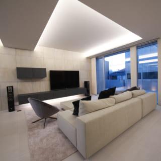 LDKの床、壁、天井は、外壁と同じタイルと自然塗料の左官塗りで仕上げ、上質素材の質感で高級感をアップ