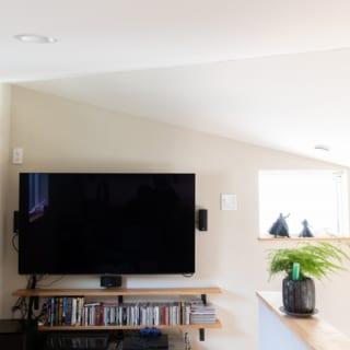 2階ロフトの一角はご主人のためのシアタールームとして使用。シンプルな間取りだが趣味を楽しめる空間もあり、家での時間が充実する