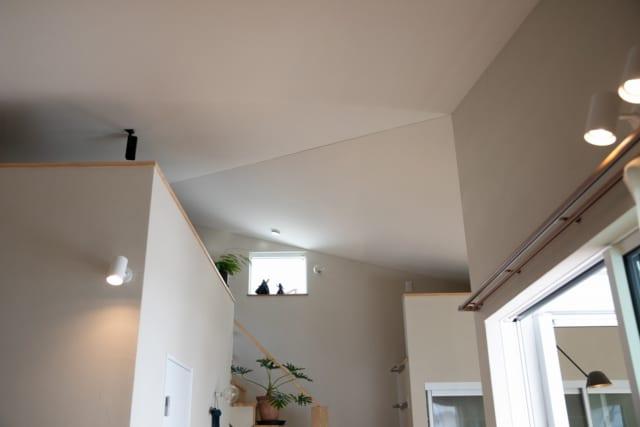 2階リビングからロフトを見上げる。写真左の壁で囲われた上部は、ご主人がシアタールームとして使っているロフトスペース。写真右の壁の上部は収納用のロフト。普段は使わない季節アイテムなどをしまっておける