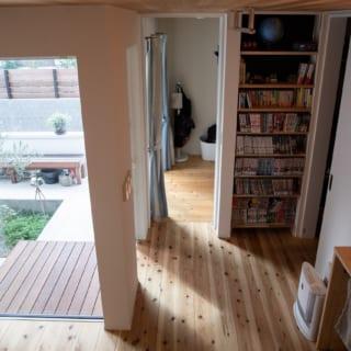 玄関ホールから子ども室を見る。写真右の白い引き戸の先はご主人の書斎スペース