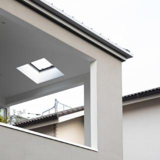 屋根は庭までかかっているので雨天でも庭やテラスを使えるが、トップライトのような開口もあり、真上の空も眺められる