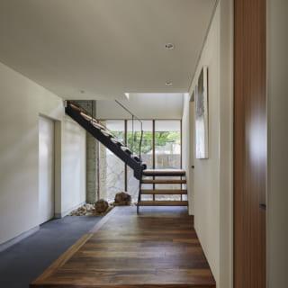 アート好きなNさまが絵などを飾れるよう、玄関ホールはギャラリー的な雰囲気に。床は木目が粗めのアカシア