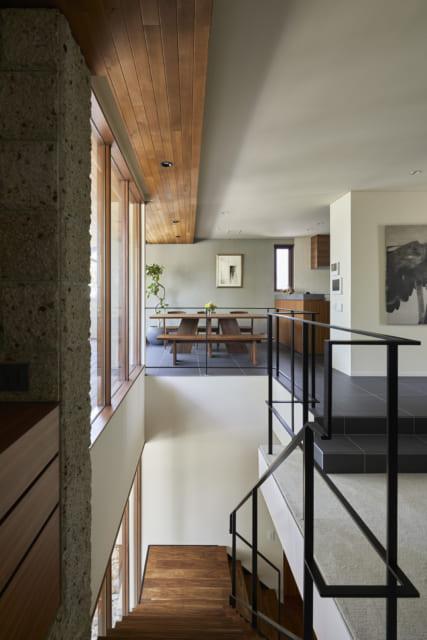 階段で2階にのぼり、振り返るとダイニングまで見通せて、空間の心地よい広がりを感じられる