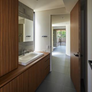 2階洗面室。ドアの先に見えるのが北のデッキ。写真背面には物干し用のデッキがあり、家事動線がとてもよい