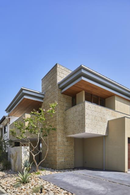 箱を積み重ねたような建築美が印象的。石を多用しているが2階デッキが跳ね出し、軽やかさも感じられる