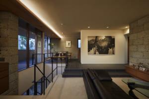 天然石×モダンデザインの美しさ。 年月を経ても色褪せない高級邸宅