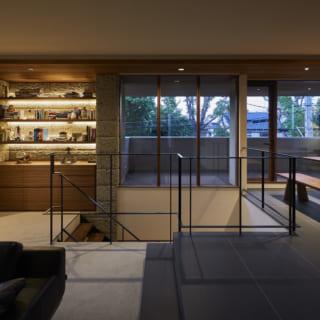 写真左側が2階のギャラリースペース。暮らしの中で美術品を楽しむNさまのライフスタイルに合わせて、森垣さんはアートを飾ることを想定しながらN邸をプランニング。ギャラリースペースの両脇の壁は、外壁の大谷石をそのまま邸内に引き入れて設計されている
