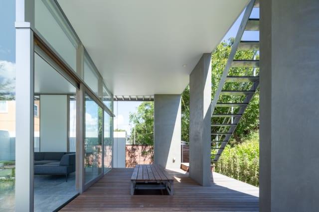 ウッドデッキは、強い日差しを遮りながらも風の心地よさを感じられるスペース。昇降式テーブルでアウトドアリビングにも