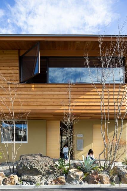 西側の外観。中央に玄関扉、右は納戸への扉。納戸は玄関の中にも扉を設け、屋内外両方からアクセスできる