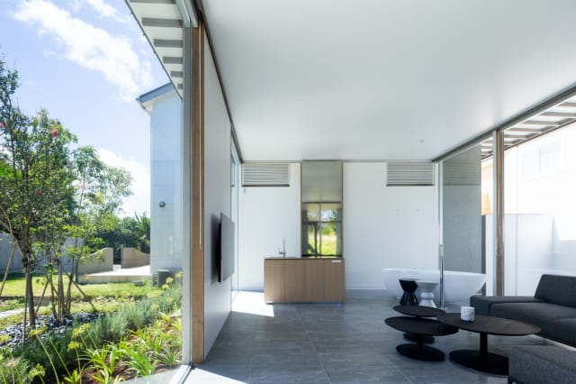 窓を開け放つと、庭とシームレスにつながる。エアコンや床暖はIOTでつながり、スマホでオンオフが可能