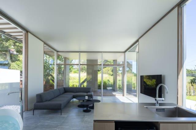 3方向に設けられた大きな窓が、抜群の開放感を演出