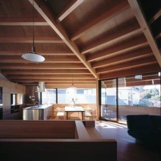 2階、北側から南を見る。西から南へ続く水平連続窓は、光や風を過不足なく取り入れられるよう幅や高さを調節。バルコニーが欲しいというご要望はインナーバルコニー(写真右)で応えた。ガラス張りで部屋側に入れ込むことで空間として認知され、一層リビングに広がりが感じられる