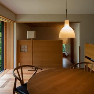 1階リビングダイニング。東側の庭に面した大きな開口部が設けられている写真奥は母親の部屋で、右側にキッチンがある。床材は1階・2階ともすべてカラマツ。同じ針葉樹の杉よりやや硬く、硬木よりもやわらかい材質だ