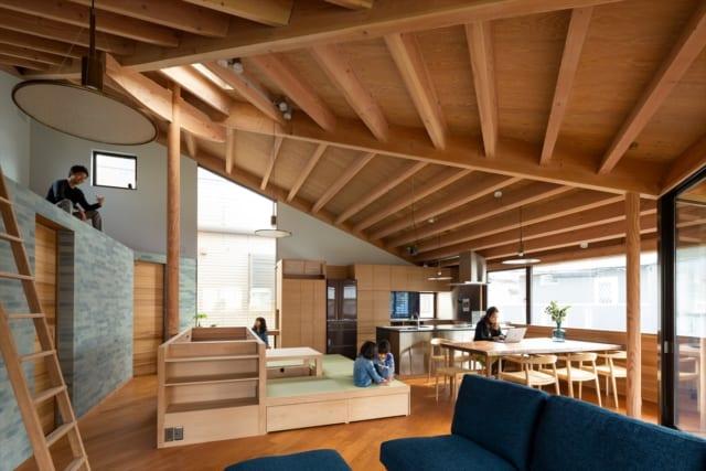 2階は木の温もりが感じられる空間。米松、ウォールナット、チーク、チェリーなど木材を複数使用しているのが特徴的だ。加えてタイルや真鍮、ガラスなども取り入れたことで、今後どんなスタイルのものを室内に取り入れても大らかに受け入れられるという