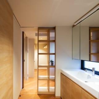 2階洗面。奥のウォークインクローゼットとは稼働棚で仕切る。リビング空間に出ずに着替えが完結でき便利