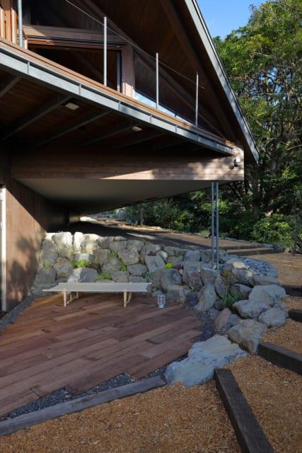 1階、2階のテラス。崖に大きく張り出した2階部分は景観とのバランスを考慮し、細い2本の柱で支えた
