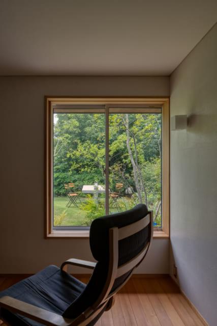 通り抜け土間の東側に設けられた父親の書斎兼寝室。南側に面した窓から庭を望む。天井が低く抑えられ、落ち着いた空間となっている。天井には卵の殻を原料とした塗料が使われている