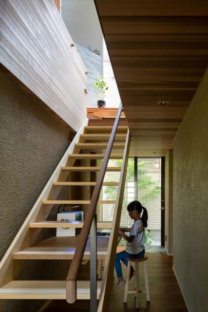 1階廊下の突き当りは両親宅へ繋がる。将来、両親の足腰が弱くなる可能性を考え2軒は接続可能な状態にした