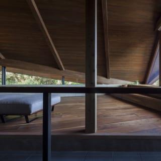 2階、階段付近からリビングを見る。右側の窓の外はテラス。南側にあるため、日が入りすぎないよう軒を深くした。窓際には構造上必要だった梁を利用して段差を設けた。座ったり、物を置いたり、自由に使えてとても便利