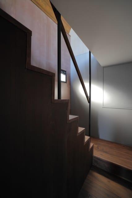 階段の窓は見えない所にいても安心して開けられるよう、小さく計画した。小さくても換気には十分