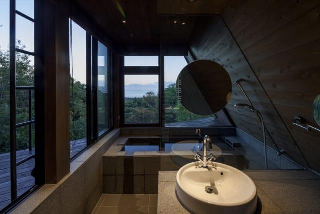 浴室は海を一望できる贅沢な空間。テラスに面した部分も開口し、森の景色も楽しめる。自然を感じながらゆったりくつろげると、お施主様もお喜びだそう。テラスへの出入口はLDK奥のサニタリー空間に設置。画像のさらに手前に扉がある