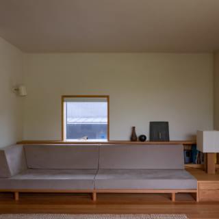 リビングには造り付けのソファを置いた。横幅は2450mmあり、家族4人が一緒に座ることができる。足を伸ばしくつろげるよう、あえて座面高を低くしたという