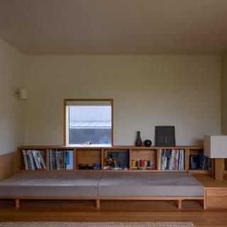 ソファの背もたれを外すと、本などを収納できるスペースが現れる。また、背もたれを外し座面を引き出すことで、簡易的なベッドとしても利用できる