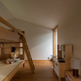 廊下の西側に位置する子供部屋。壁で完全に仕切らず、二段ベッドの上部が空いているため、子供たちの気配が何となく伝わる。将来的には空間をふたつに分け、3畳程度の個室にすることも想定している
