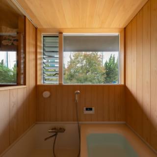 キッチンの裏側に配した2階風呂。ハーフユニットタイプで、木部には能登ヒバを採用。竣工から4年経った今でも、壁が湯で濡れると木のいい香りが漂うという