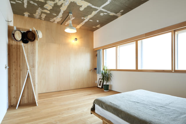 外壁である窓側の壁面は新たに壁を内側に設け、間に断熱材を詰めた。新たにつくった窓は、表面に断熱性があるポリカーボネート製のツインカーボを採用。正面のシナ合板の壁はホワイトボード塗装が施され、文字や絵が書ける。天井は壁紙を剥がし、そのまま現しとした